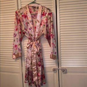 Valerie Stevens rose pink red large robe polyester